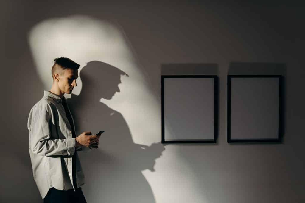 Homem se isolando usando celular