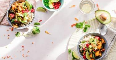 Comidas saudáveis sobre uma mesa
