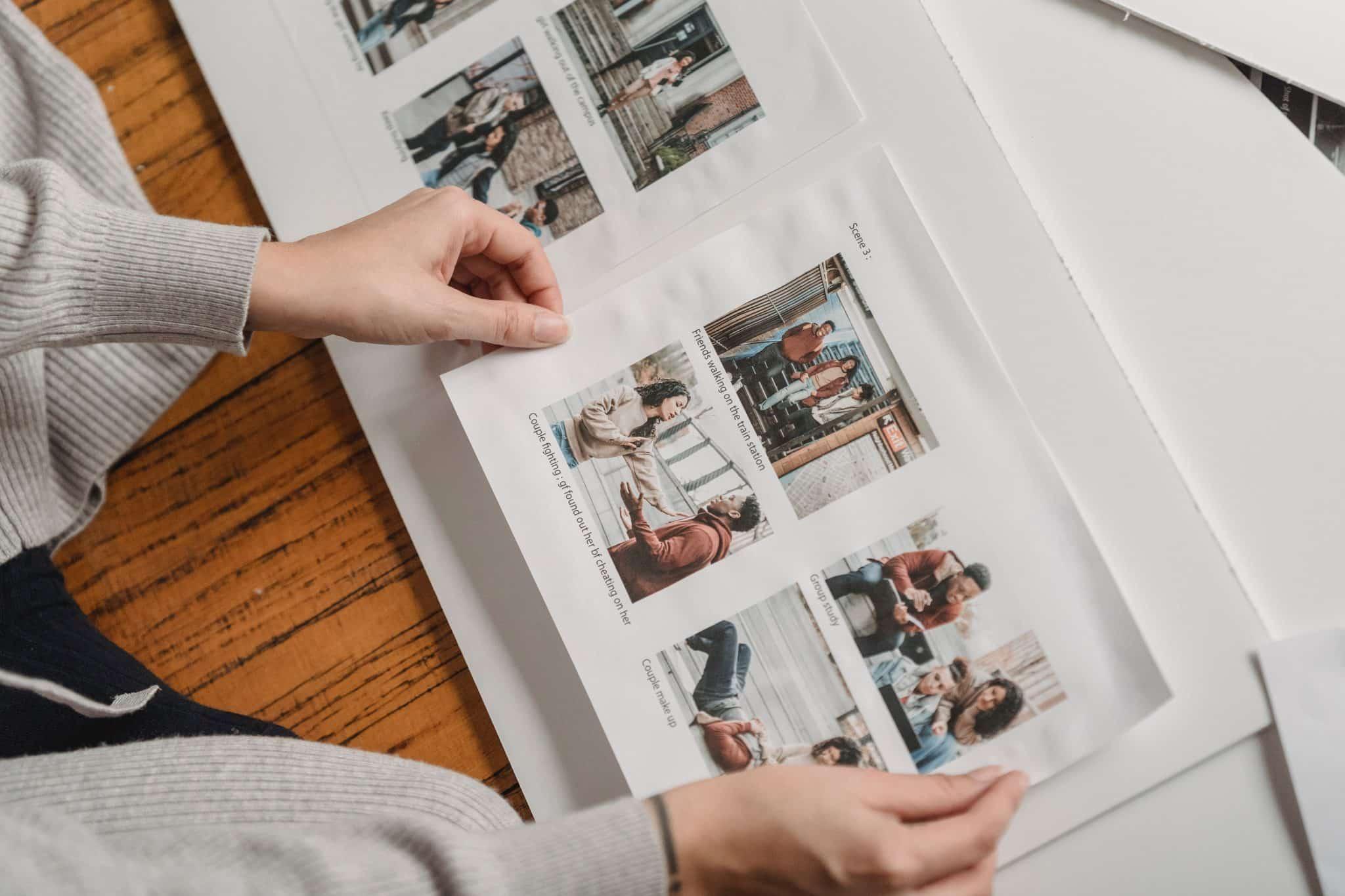 Uma mulher vendo um álbum de fotos