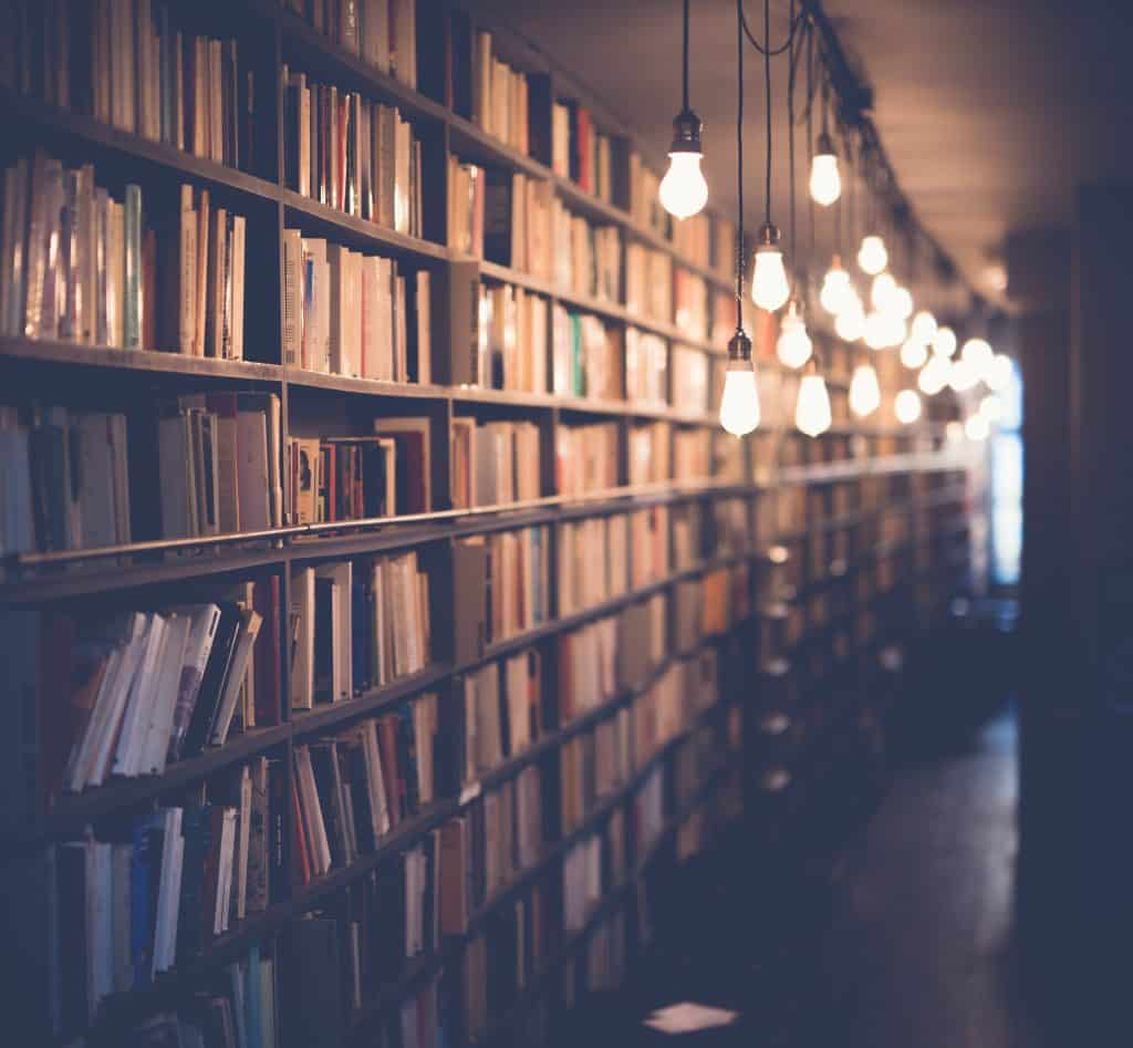 Prateleiras de uma biblioteca iluminada