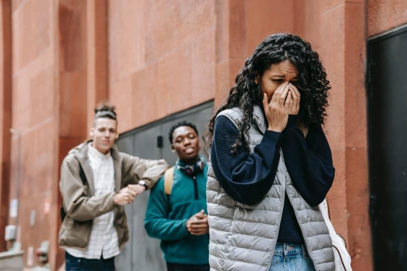 Mulher chorando de raiva depois de sofrer bullying