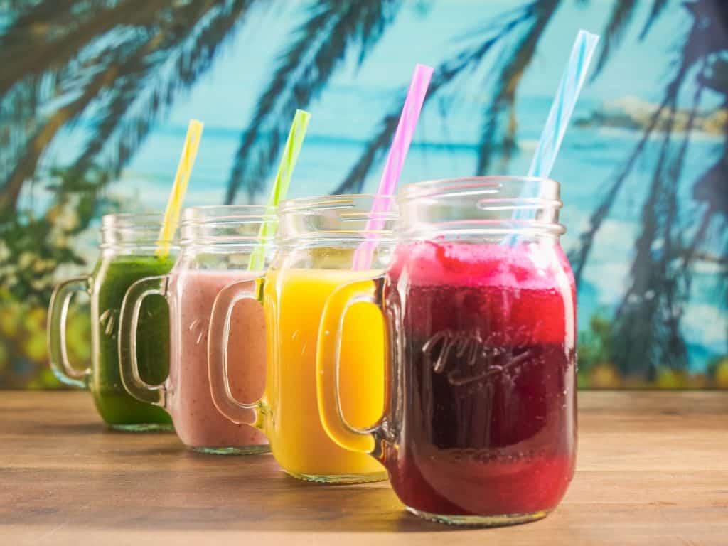 4 copos com sucos naturais