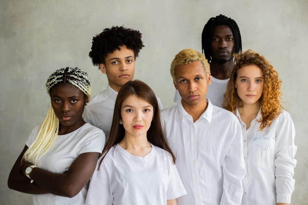 Pessoas diferentes reunidas vestidas de branco