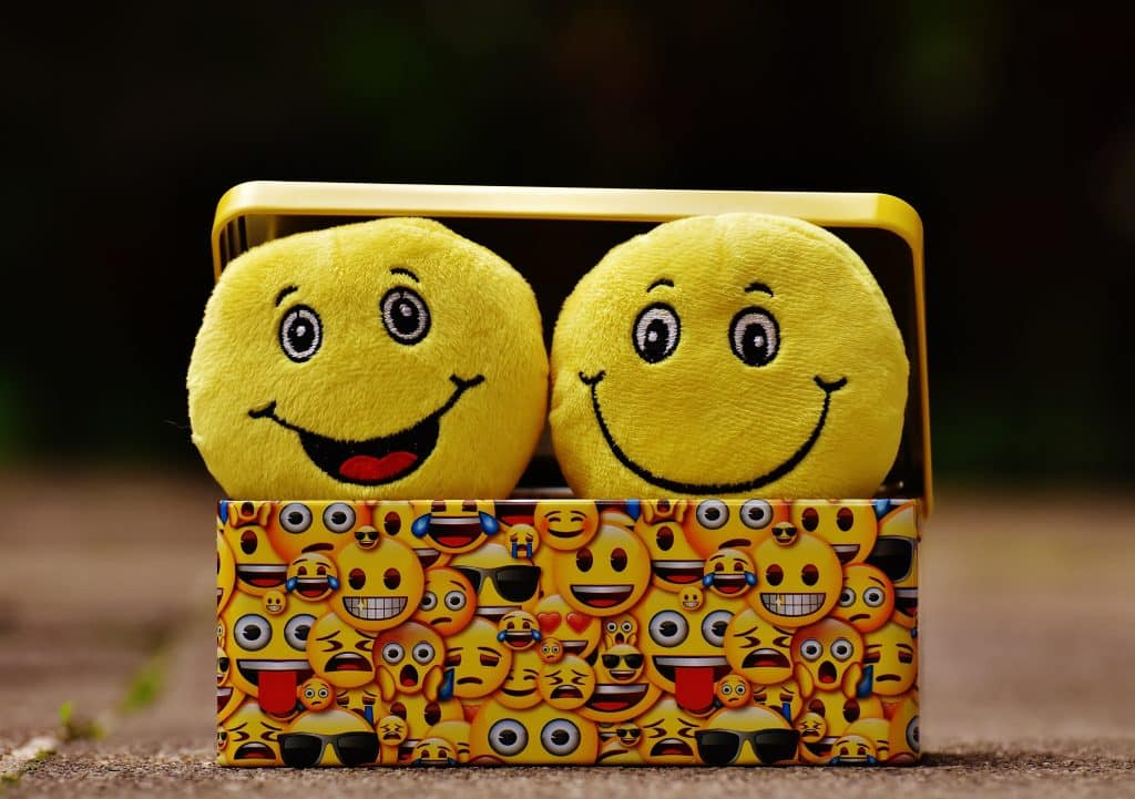 Pelúcias de emoji representando emoções