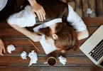 homem cansado dormindo na mesa de trabalho