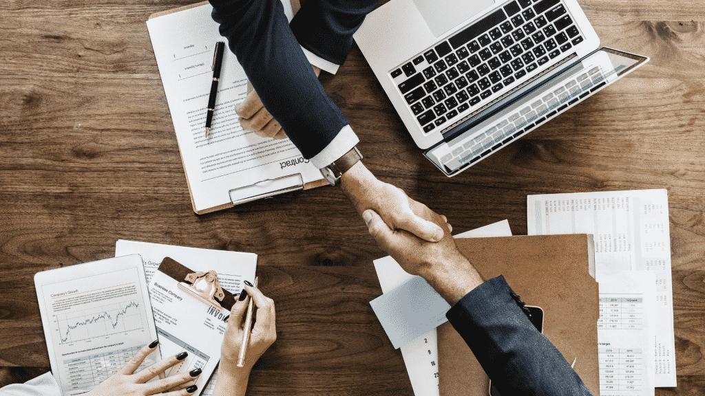 Aperto de mãos durante reunião de negócios