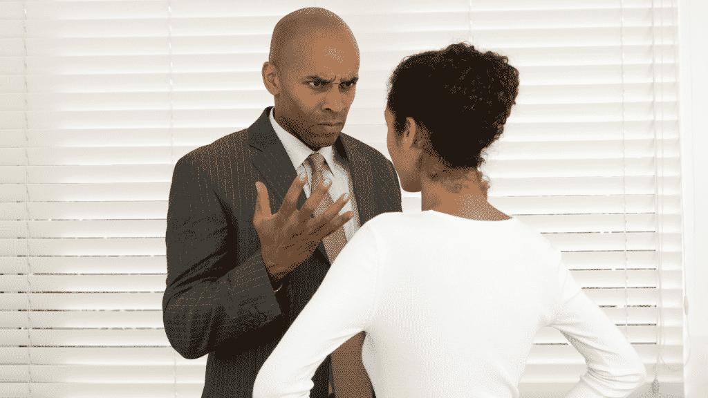 Homem e mulher frente a frente, discutindo