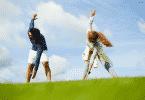 Homem e mulher se exercitando em um campo aberto
