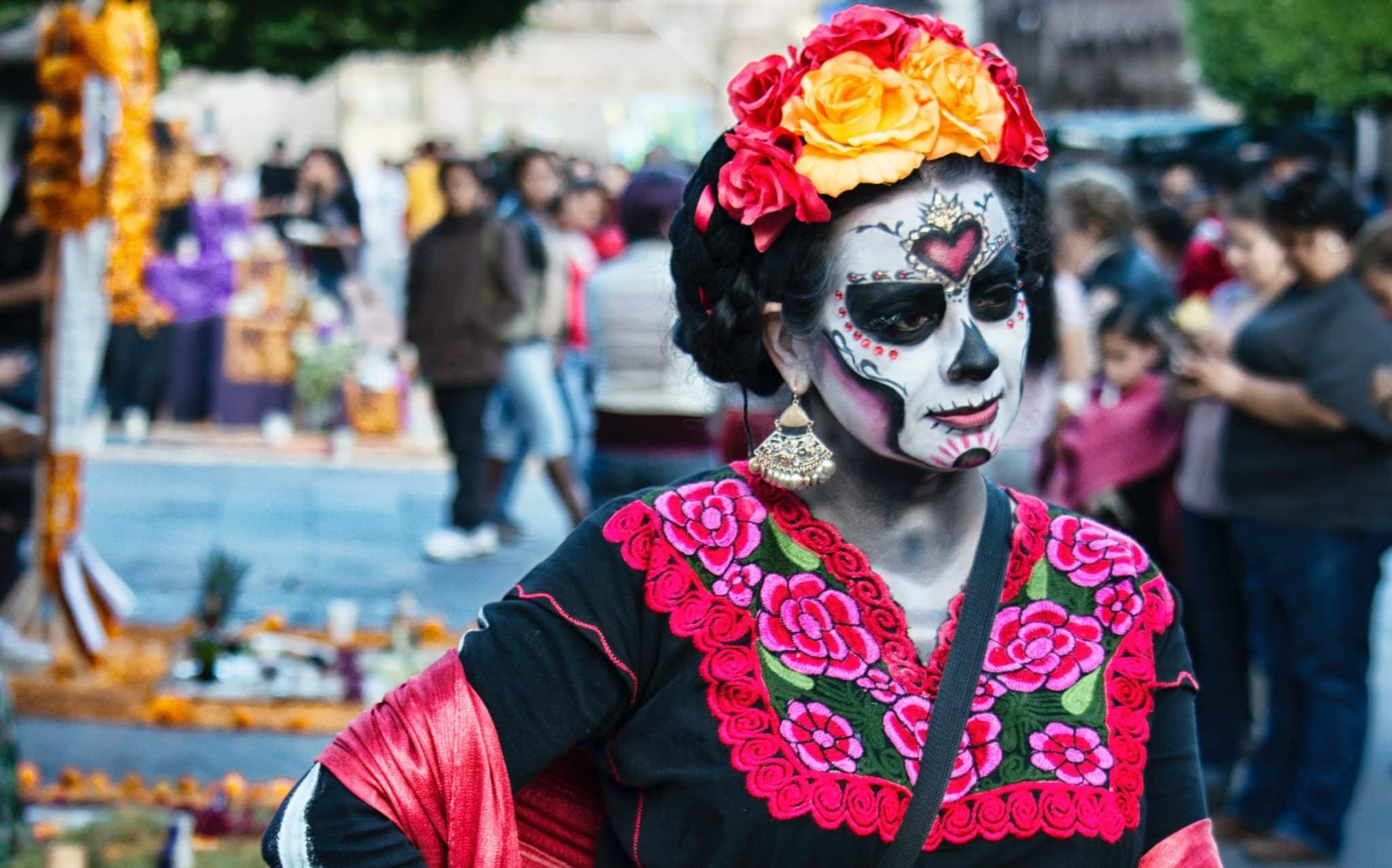 Uma mulher com um traje/fantasia típico do dia dos mortos.