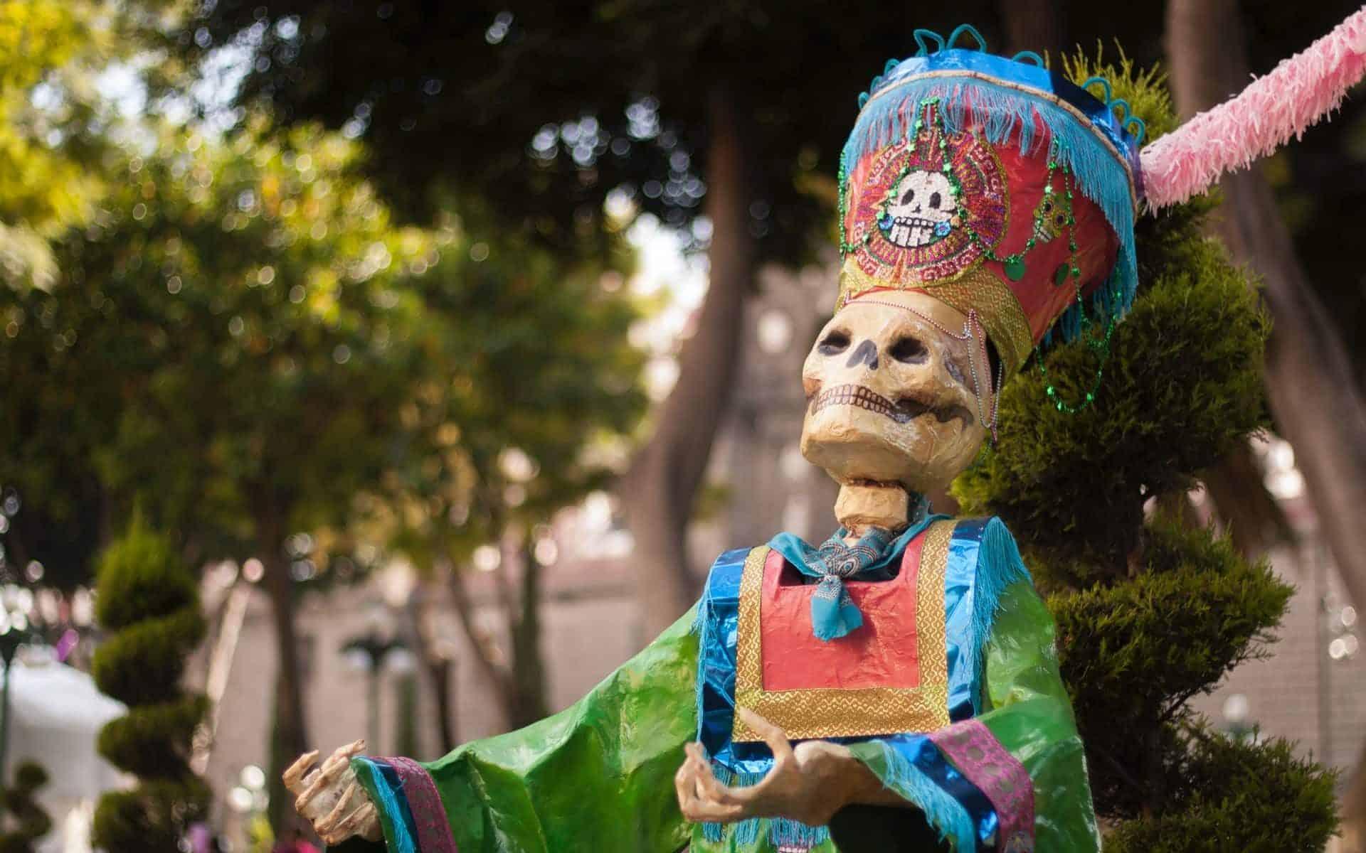 Uma estátua de um esqueleto típico do festejo do dia dos mortos mexicano.