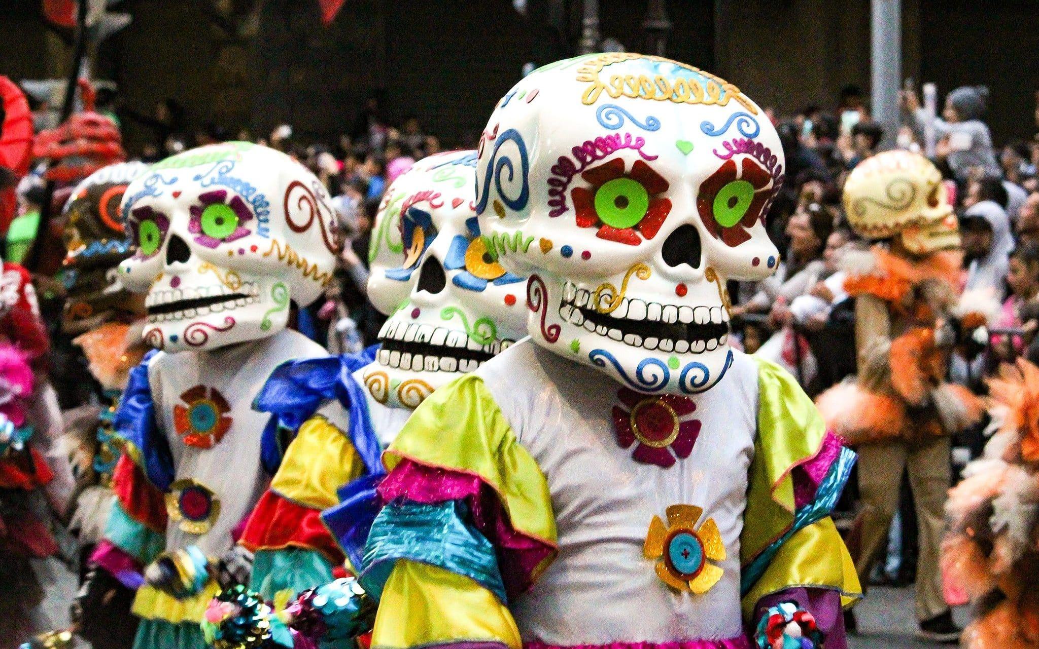 Pessoas fantasiadas durante um desfile do Dia dos Mortos no México.