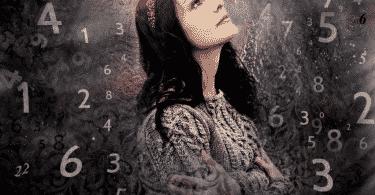 Mulher olhando para cima cercada por números
