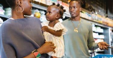 Mãe e pais com a filha no mercado